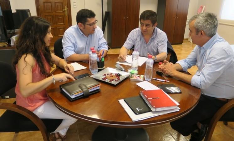 Francisco Reyes y el alcalde de Mengíbar abordan las actuaciones ejecutadas por la Diputación en este municipio