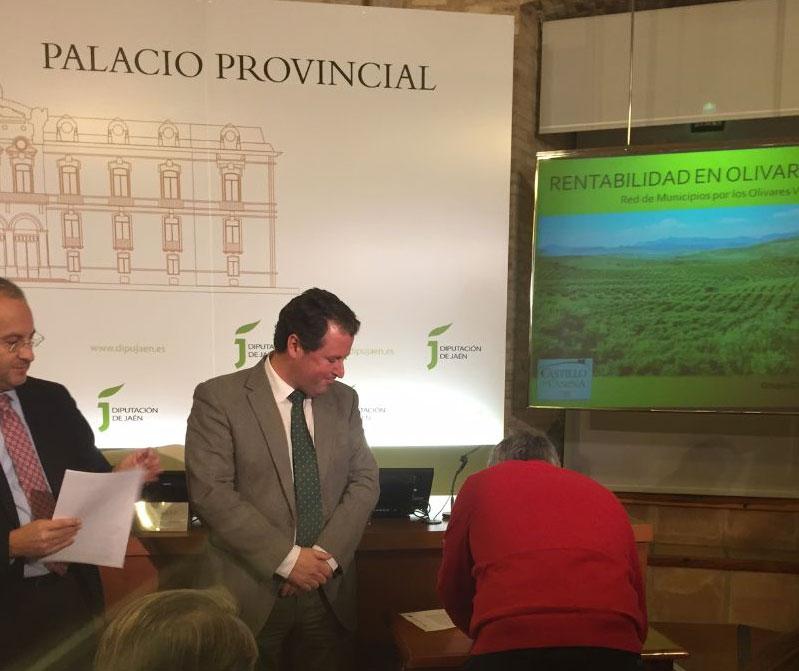 Momento de la firma del alcalde, Juan Bravo, en el acto celebrado en la Diputación Provincial.