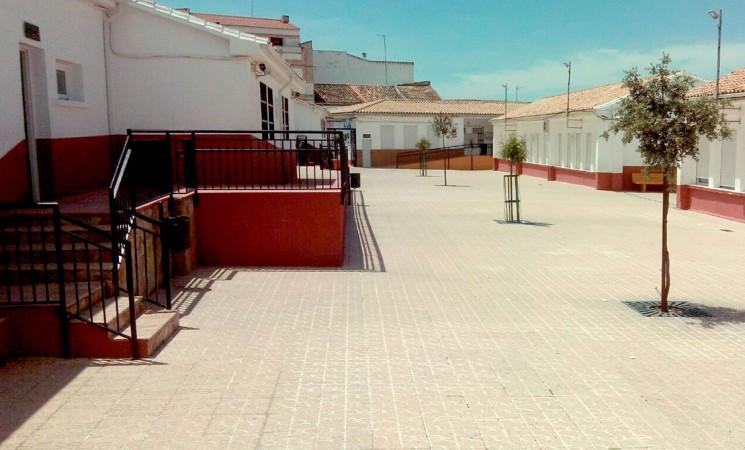 El Ayuntamiento de Mengíbar trabaja en cubrir la pista deportiva y parte del patio del colegio Manuel de la Chica