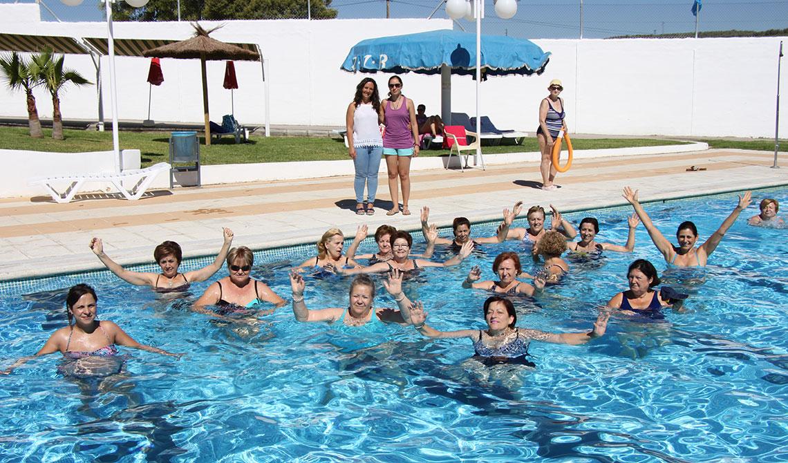gimnasia para mejorar la salud en la piscina municipal de