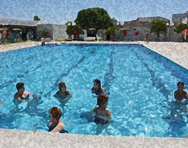Clase de gimnasia acuática para embarazadas en la Piscina Municipal