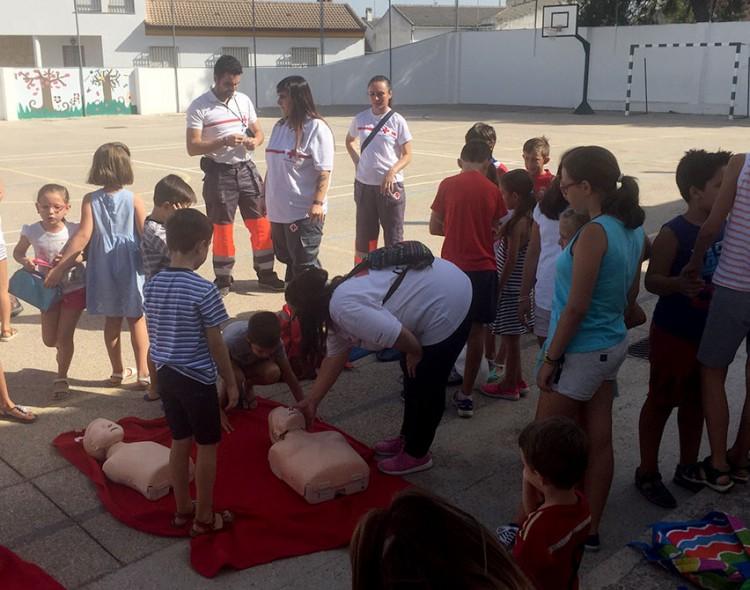 Voluntarios de Cruz Roja participan en la Escuela de Verano de Mengíbar