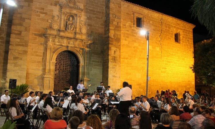 La Agrupación Musical de Mengíbar y Único brillan en su concierto en la Plaza del Sol (fotos y vídeos)