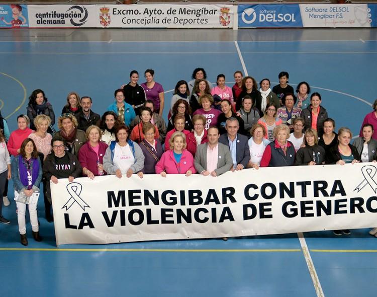 Concentración contra la violencia de género en el pabellón de Mengíbar
