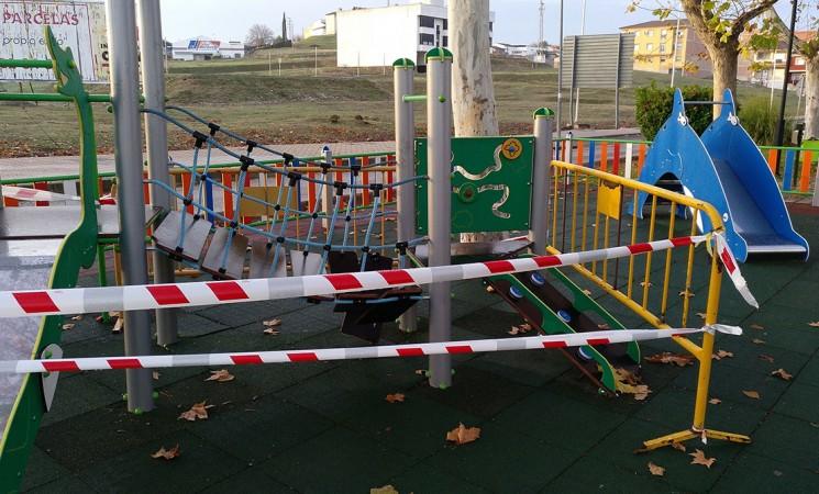 El Ayuntamiento de Mengíbar denuncia destrozos en un columpio del nuevo parque infantil del Paseo