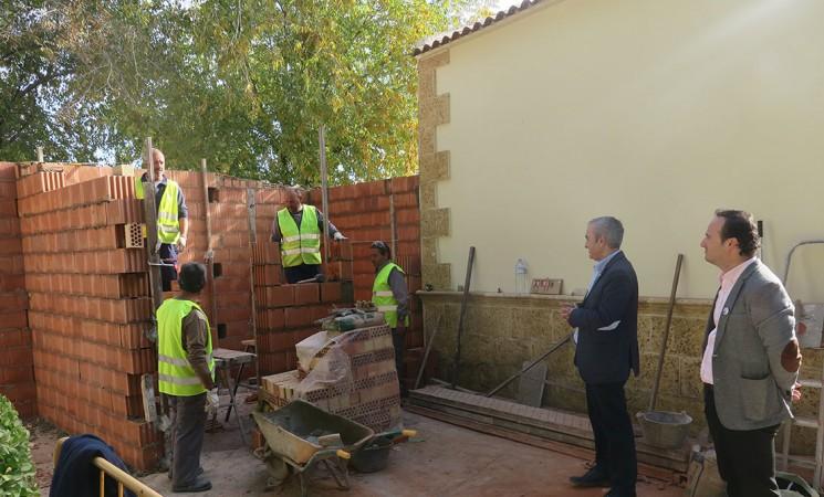 El Ayuntamiento de Mengíbar construye nuevos aseos en el Cementerio Municipal