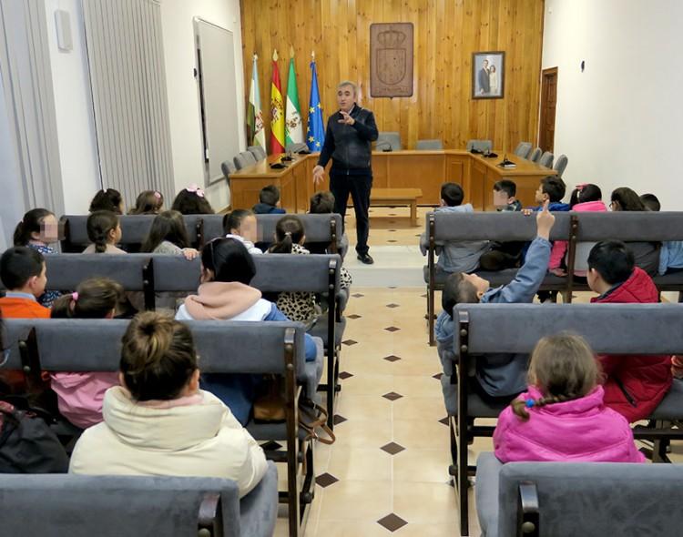 Estudiantes del Colegio Santa María Magdalena visitan el Ayuntamiento de Mengíbar