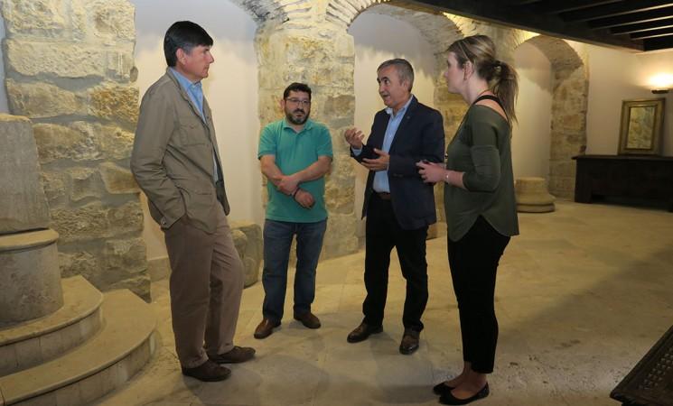 Manuel Pimentel y el equipo de Arqueomanía (TVE) conocen la Casa Palacio de Mengíbar y el Arco de Jano