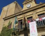 El lazo rosa contra el cáncer de mama vuelve a lucir en el Ayuntamiento de Mengíbar
