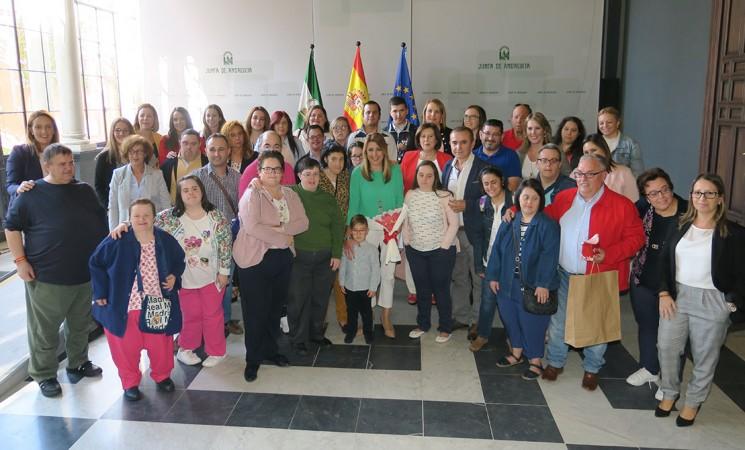 La presidenta de la Junta, Susana Díaz, recibe al Centro Ocupacional de Mengíbar y a miembros de Abriendo Camino en el Palacio de San Telmo