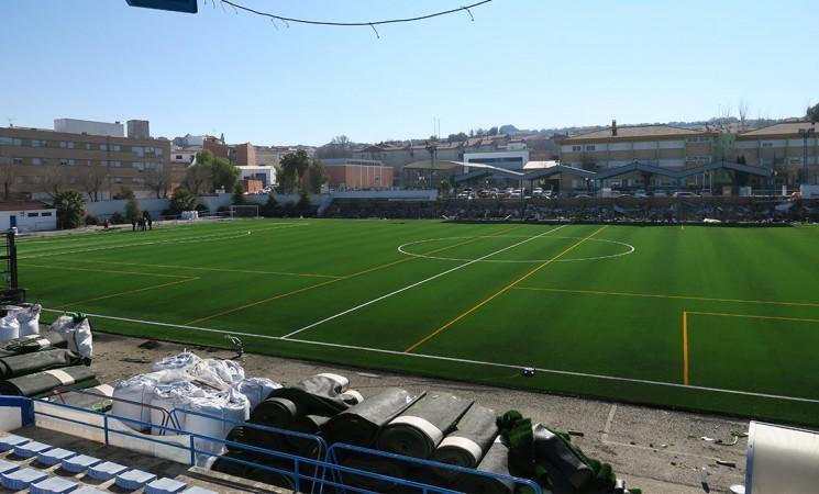 El Ayuntamiento de Mengíbar renueva el césped del campo de fútbol municipal