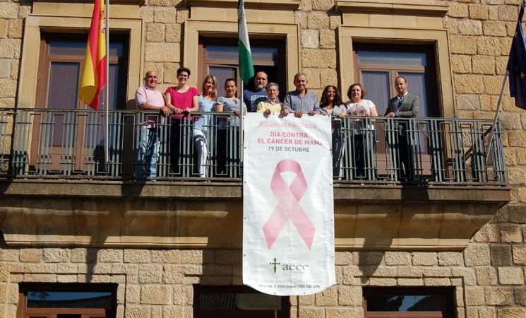 Mengíbar se suma al rosa con una pancarta de concienciación sobre el día contra el cáncer de mama