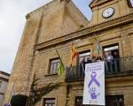 Pancarta en el Ayuntamiento de Mengíbar contra la violencia de género