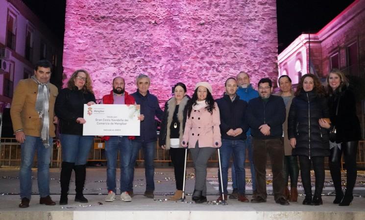 Entrega de la 'Gran cesta navideña del comercio de Mengíbar', valorada en más de 2.000 euros