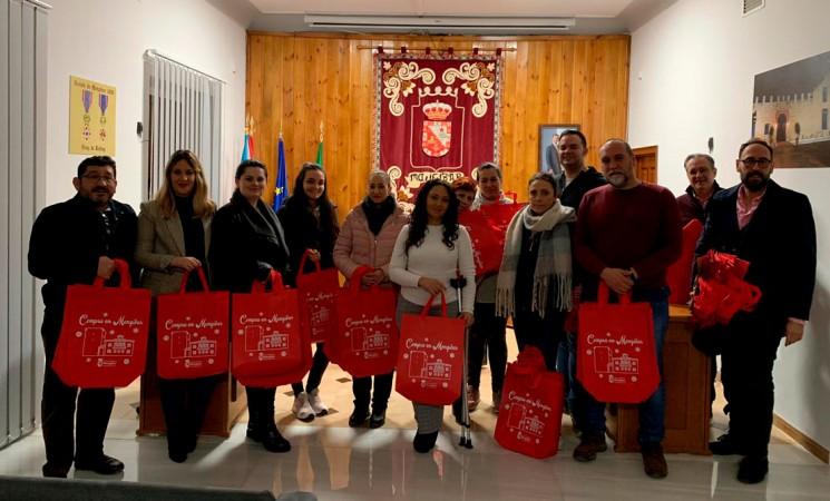 El Ayuntamiento de Mengíbar entrega a los comerciantes bolsas 'Compro en Mengíbar'