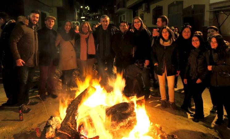 Mengíbar se ilumina y caldea con las lumbres de San Antón