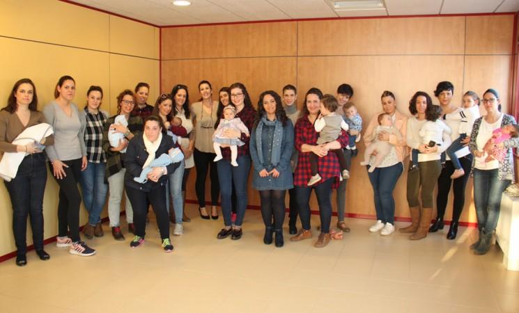 Una treintena de madres participa en el primer Taller de Lactancia