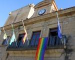 La bandera del Orgullo ondea en el Ayuntamiento de Mengíbar