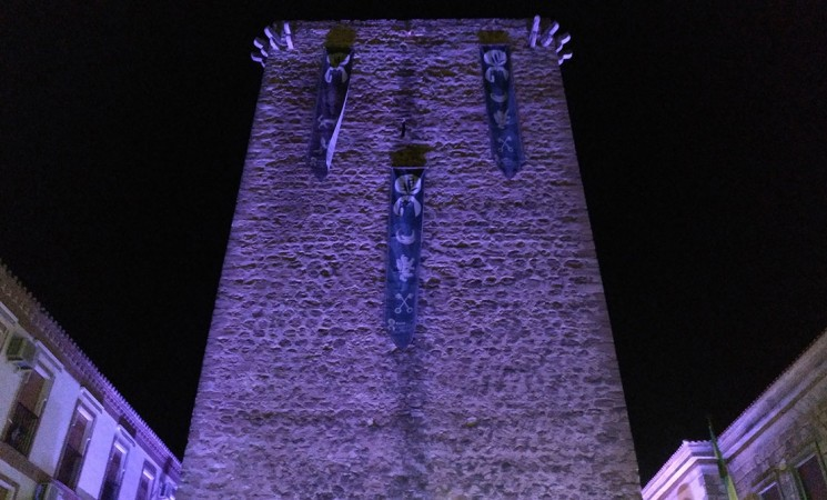 La Torre de Mengíbar se viste de violeta por el día internacional contra la violencia de género