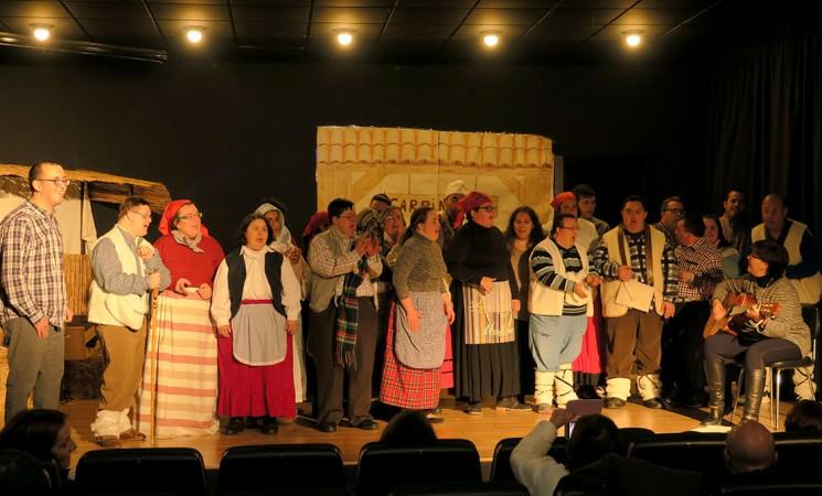 El Centro Ocupacional de Mengíbar anticipa la Navidad con un teatro musical y villancicos
