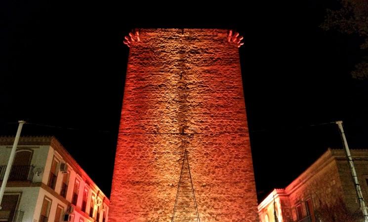 La Torre de Mengíbar luce la bandera española con motivo del Día de la Constitución