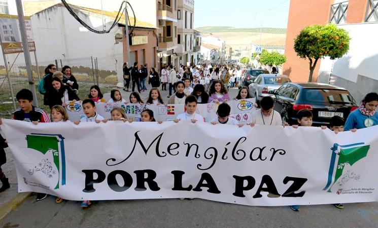 Más de mil estudiantes de Mengíbar claman por la paz