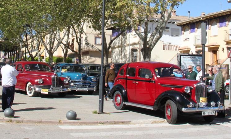Parada en Mengíbar del Encuentro de vehículos históricos Ciudad de Andújar, este sábado en el Paseo de España