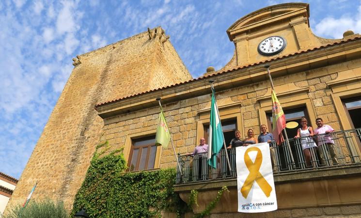 El 'lazo dorado' contra el cáncer infantil vuelve a lucir en el Ayuntamiento de Mengíbar