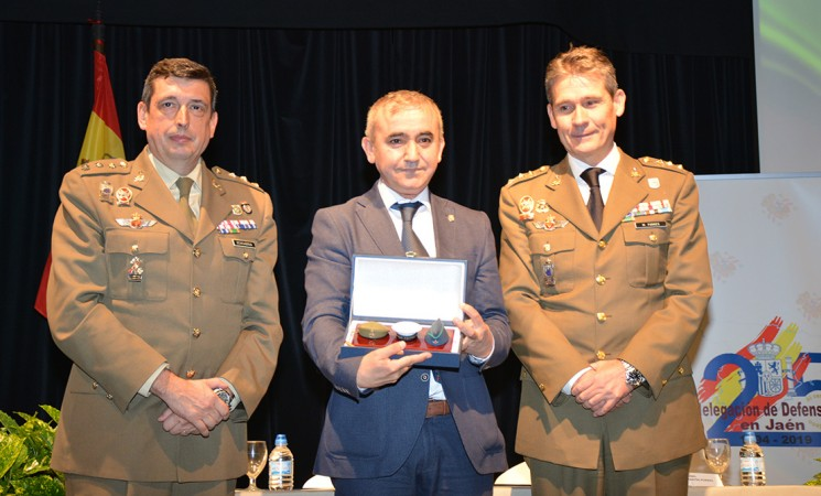 La Subdelegación de Defensa de Jaén reconoce al Ayuntamiento de Mengíbar
