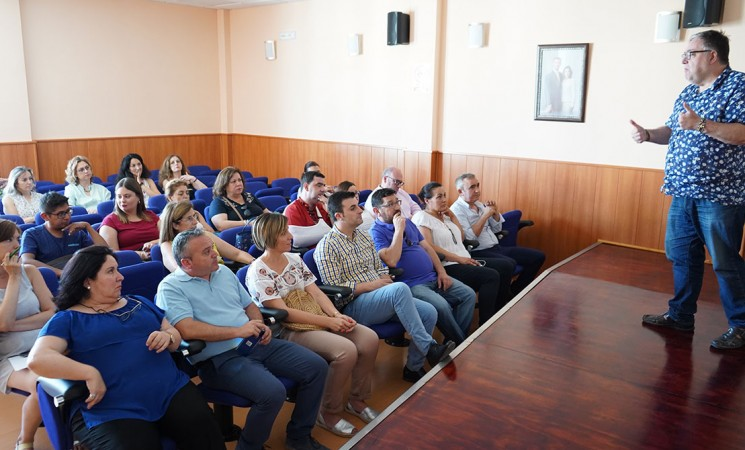 Conferencia de Cristóbal Francisco Fábrega Ruiz sobre 'Igualdad, Familia e Interculturalidad' en el Centro de Servicios Sociales de Mengíbar