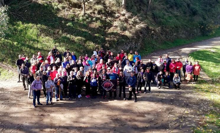 Un centenar de vecinos de Mengíbar realiza la ruta de senderismo de la Dehesa del Generalife