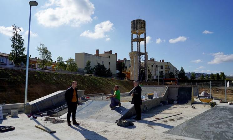 Comienza la instalación del rocódromo, calistenia y de la pista de skate del futuro Parque Multiaventuras de Mengíbar