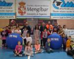 Estudiantes de Mengíbar aprenden a jugar a kin-ball en el taller de la UJA 'Educación en valores a través del deporte'