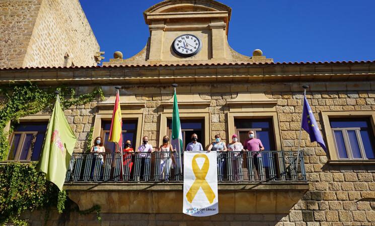 El Ayuntamiento de Mengíbar vuelve a sumarse a la campaña de sensibilización sobre el cáncer infantil con el lazo dorado de ALES