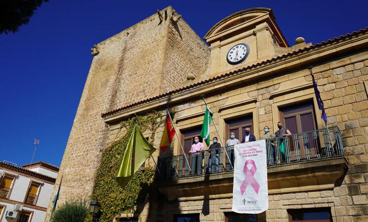 Mengíbar saca pecho contra el cáncer de mama: el lazo rosa vuelve a lucir en el Ayuntamiento