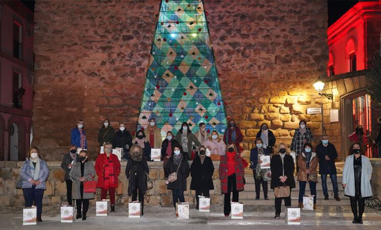 Agradecimiento del Ayuntamiento de Mengíbar a las Amas de Casa por el árbol de Navidad de ganchillo