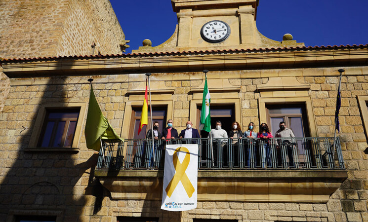 Lazo dorado en el Ayuntamiento de Mengíbar por el Día Internacional del Cáncer Infantil