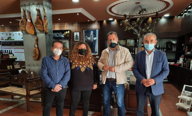 Visita del diputado Pedro Bruno y del alcalde de Mengíbar, Juan Bravo, a Hijos de Reyes Pérez