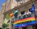 El Ayuntamiento de Mengíbar coloca una pancarta arcoíris por el Día del Orgullo LGTBI