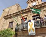 El lazo dorado regresa al Ayuntamiento de Mengíbar por la lucha contra el cáncer infantil