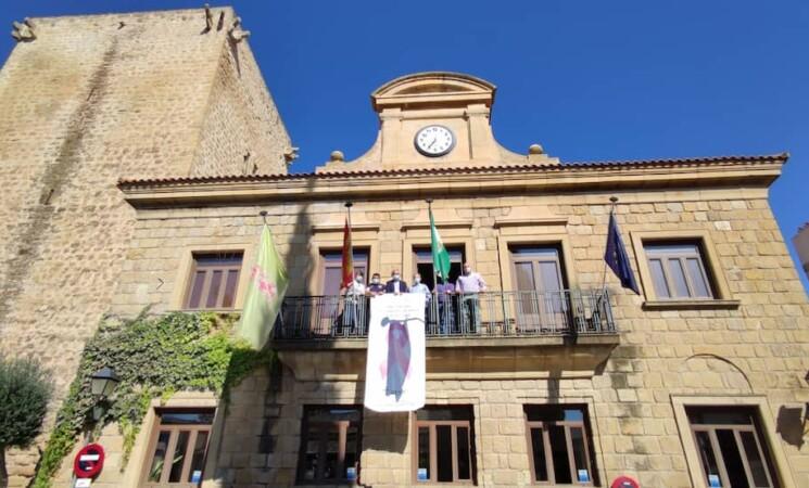 El lazo rosa contra el cáncer de mama vuelve a lucir en el balcón del Ayuntamiento